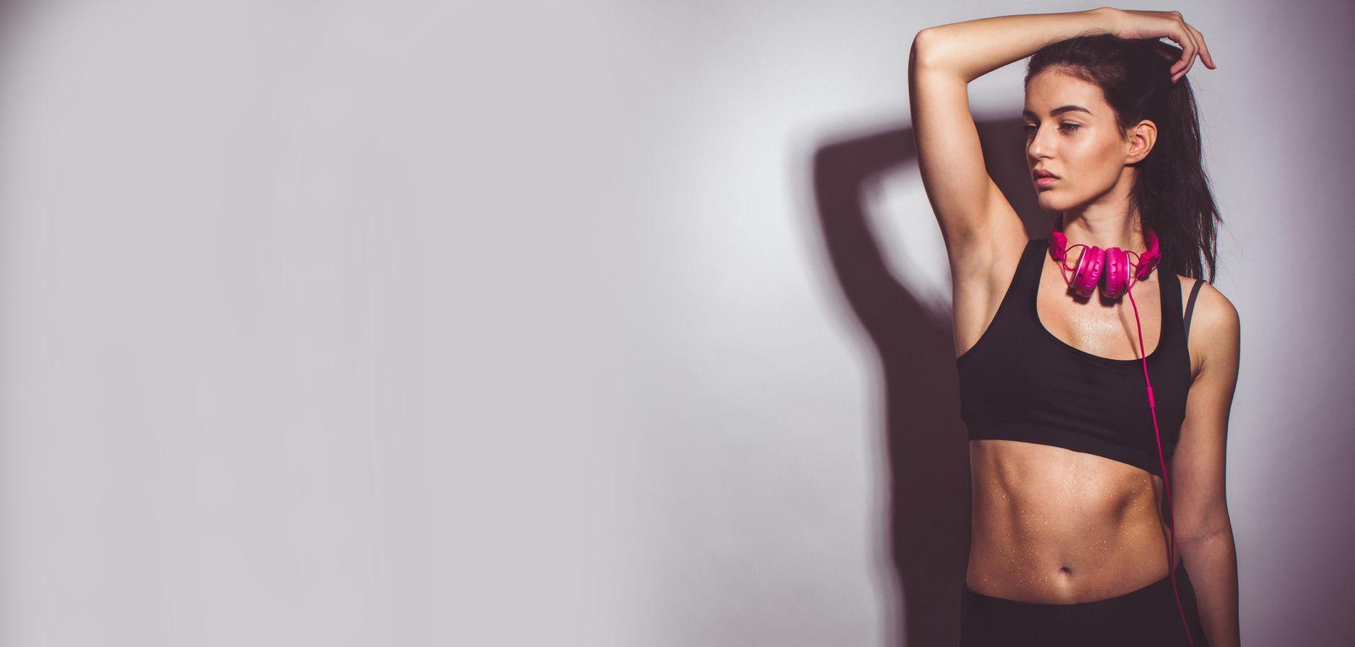 Une femme satisfaite des résultats de la ceinture abdominale