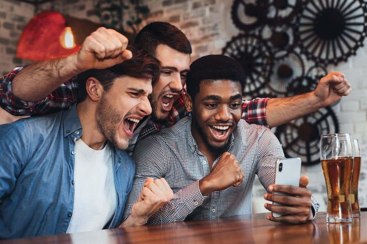 Des amis contents en regardant un smartphone